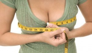 жена мери уголеменият си бюст с метър