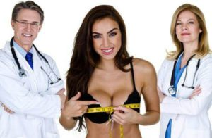 Жена мери големия си бюст с шивашки метър, а зад нея са лекарите й